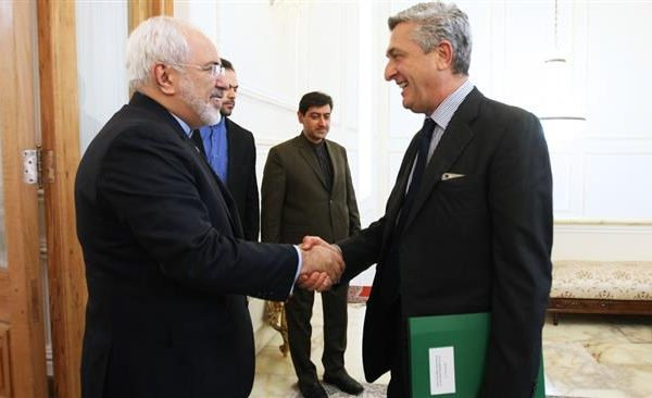 Iranian Foreign Minister Mohammad Javad Zarif (L) shakes hands with United Nations High Commissioner for Refugees Filippo Grandi in Tehran on June 18, 2016. © IRNA